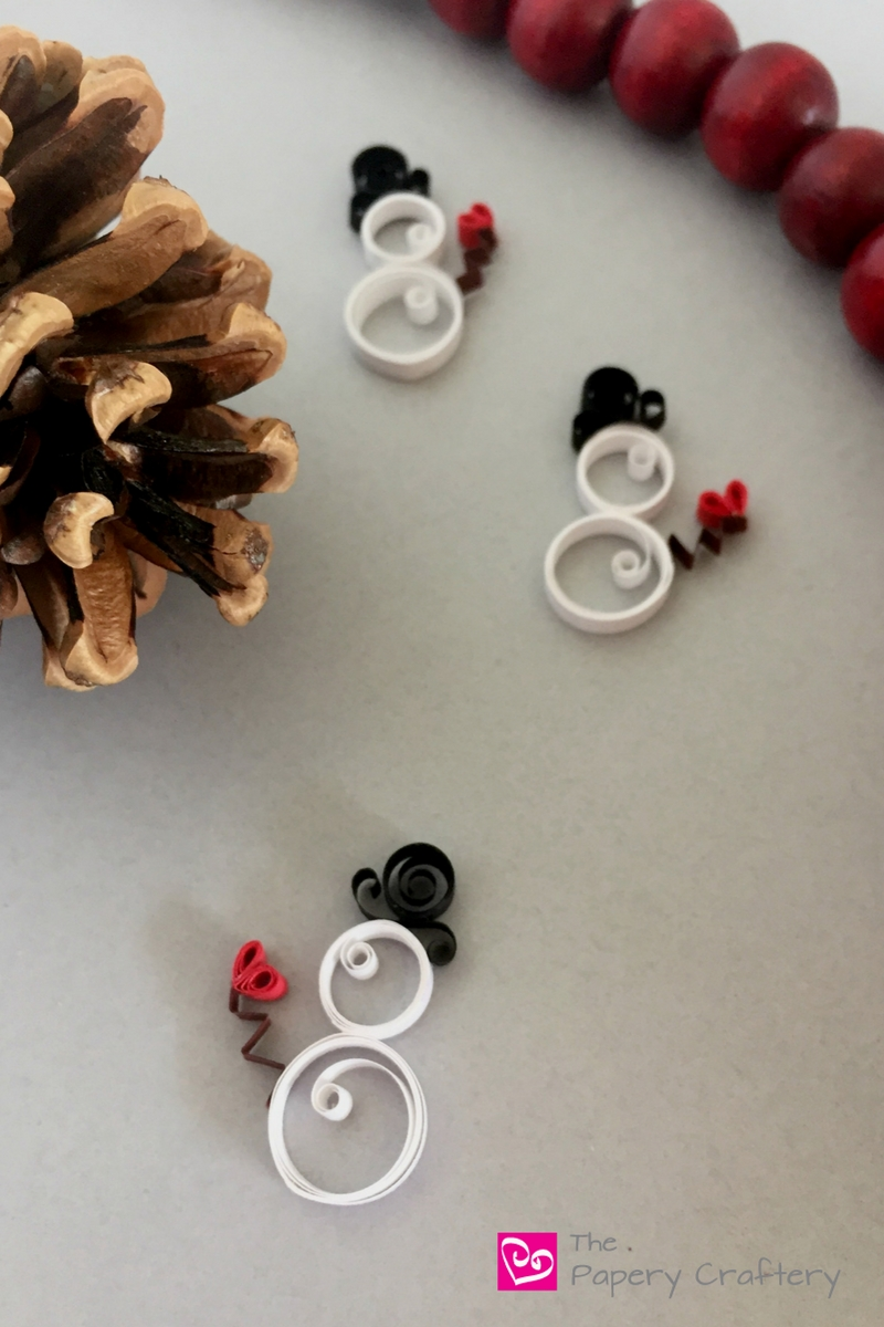 Learn how to make mini quilling paper snowmen for holiday gifts and cards || www.thepaperycraftery.com